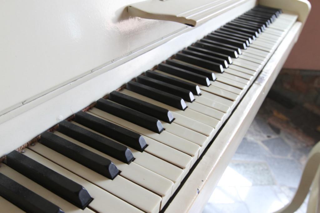 ピアノの鍵盤を叩いてみると……