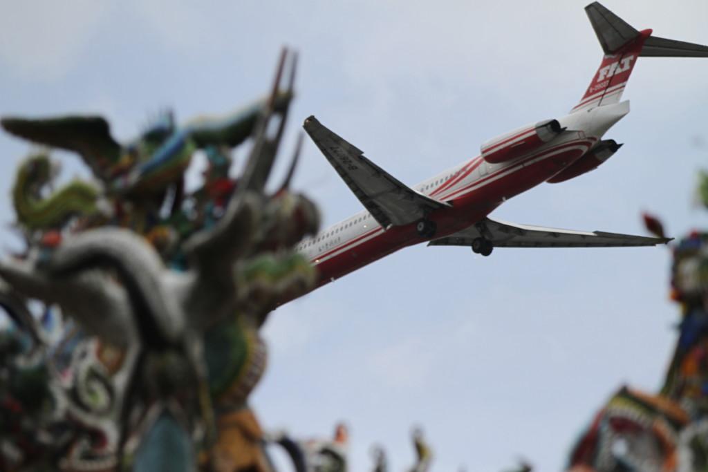 廟のすぐ上を飛行機が飛んでいる