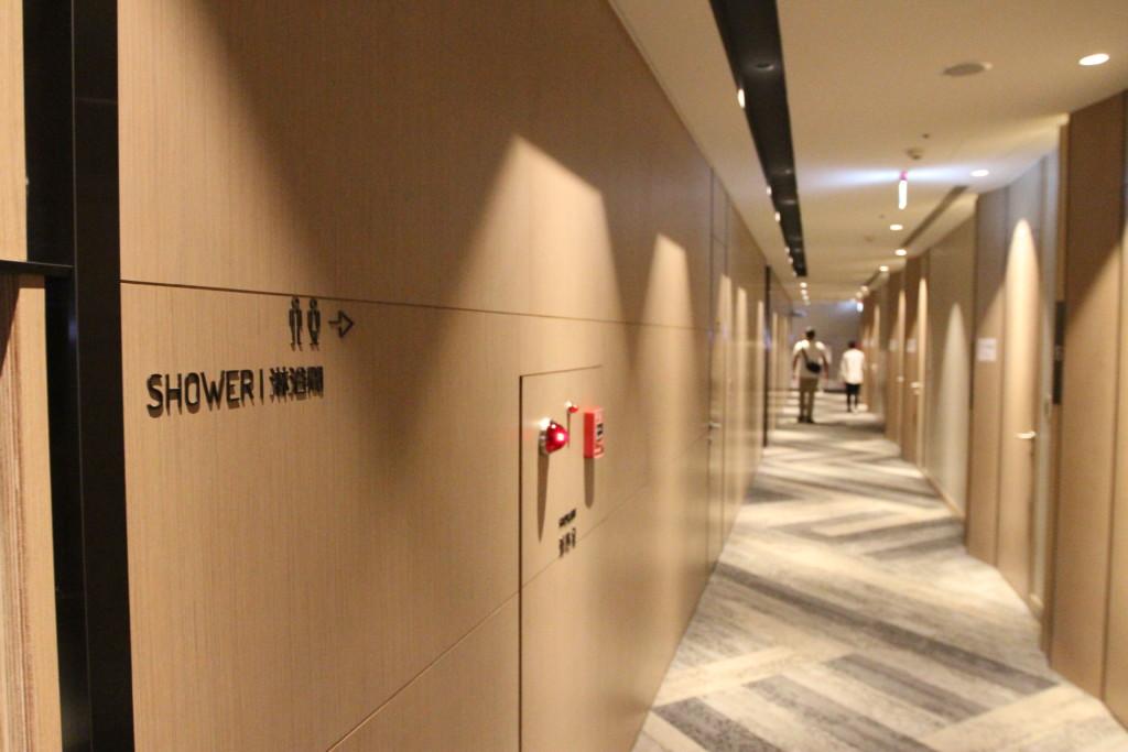 廊下の壁に、「シャワー」の表示