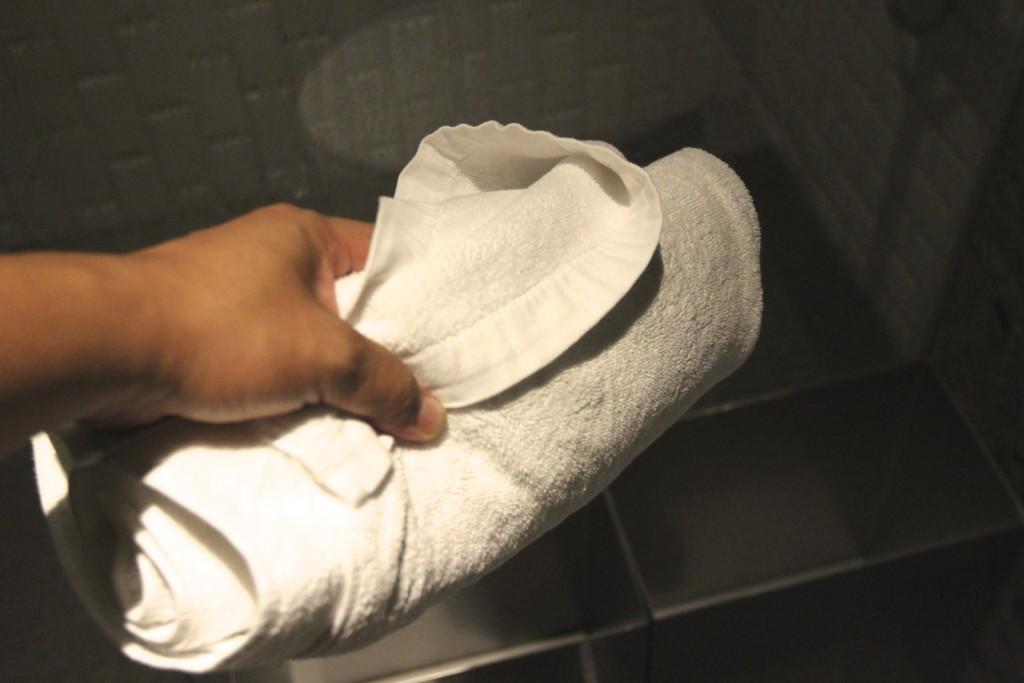 金属製の容器へ、タオルを返却