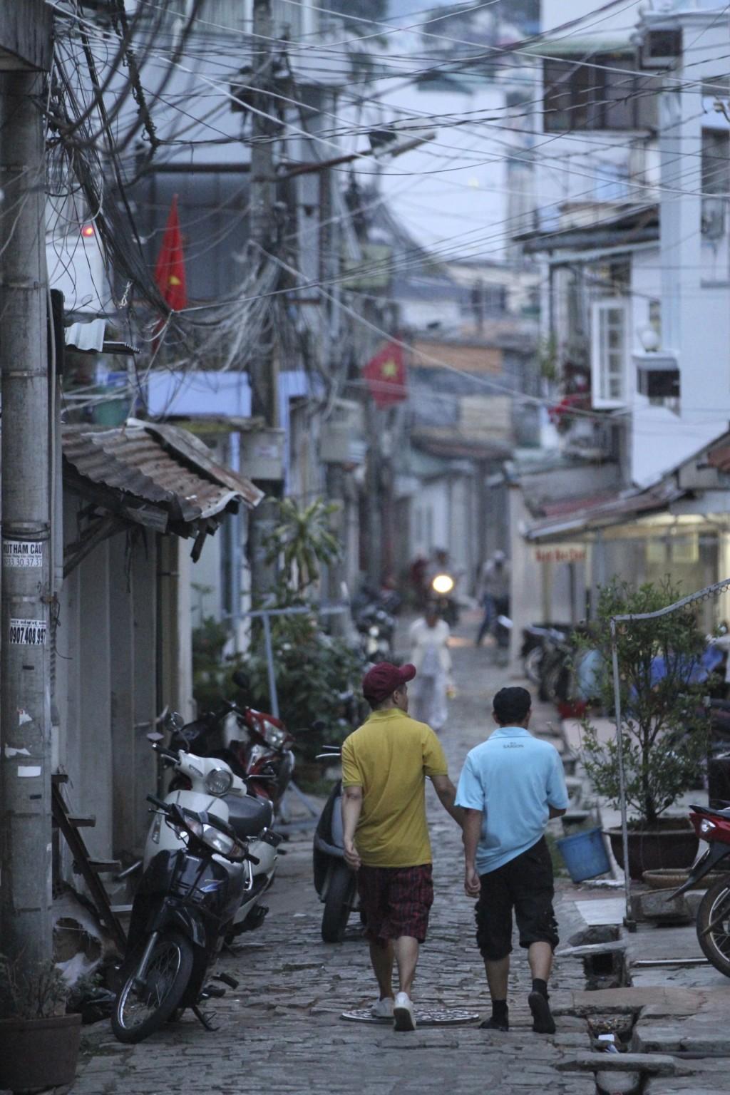 路地に入ると、素朴なベトナムの街並に