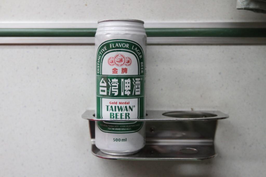 台湾ビールをドリンクホルダーにセット