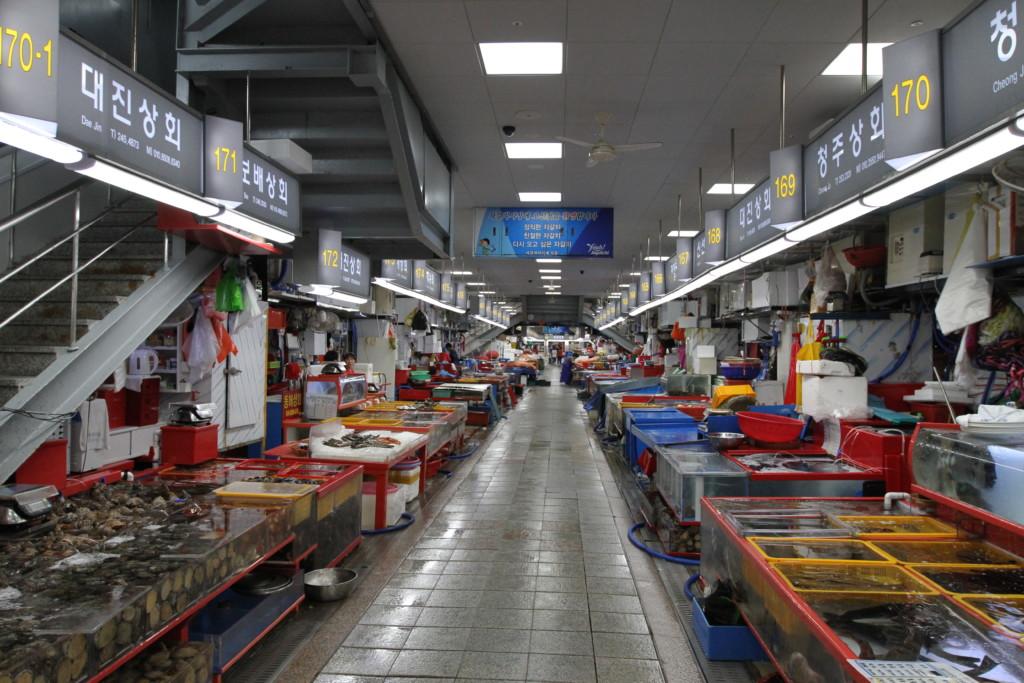チャガルチ市場、水産物を扱っているため、ヒンヤリ(じめじめ)している