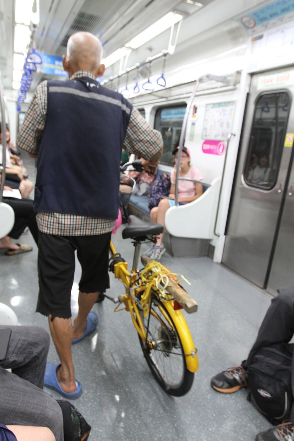 土曜日は自転車も持ち込める韓国の地下鉄