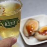ビールと一緒に、看板メニュー「煮卵」を注文