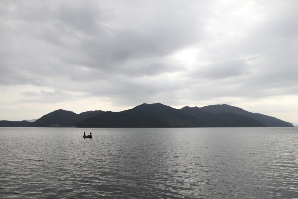 「沖島」を湖上より臨む