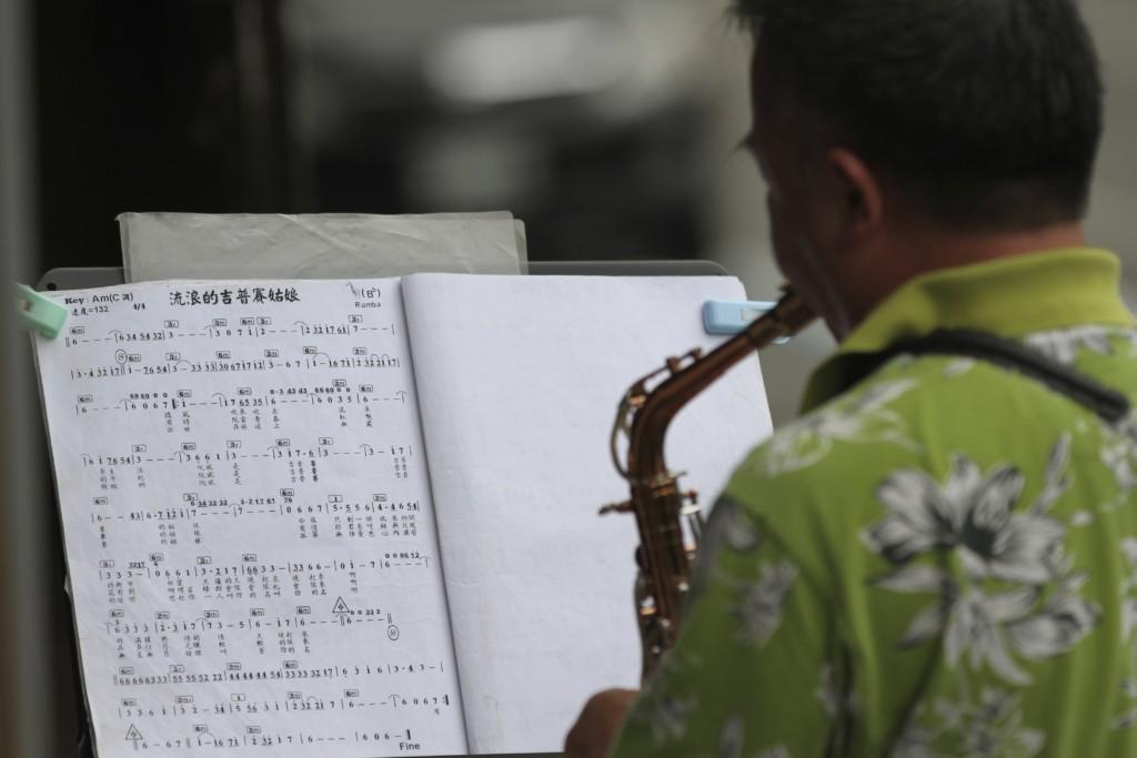 街頭のサックス演奏姿も、台北萬華(艋舺)エリアでは日常光景
