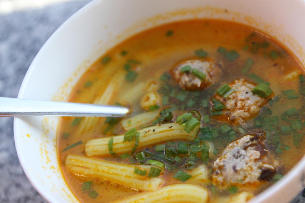 マカロニと鶏肉団子のスープ