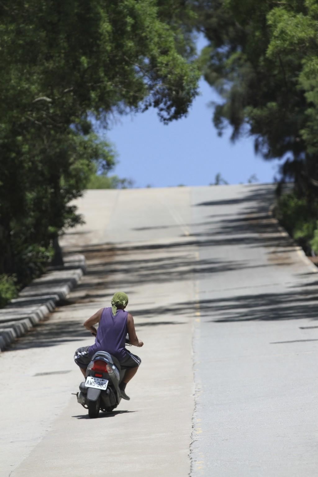 蛇行運転で坂道を登る地元のおっちゃん