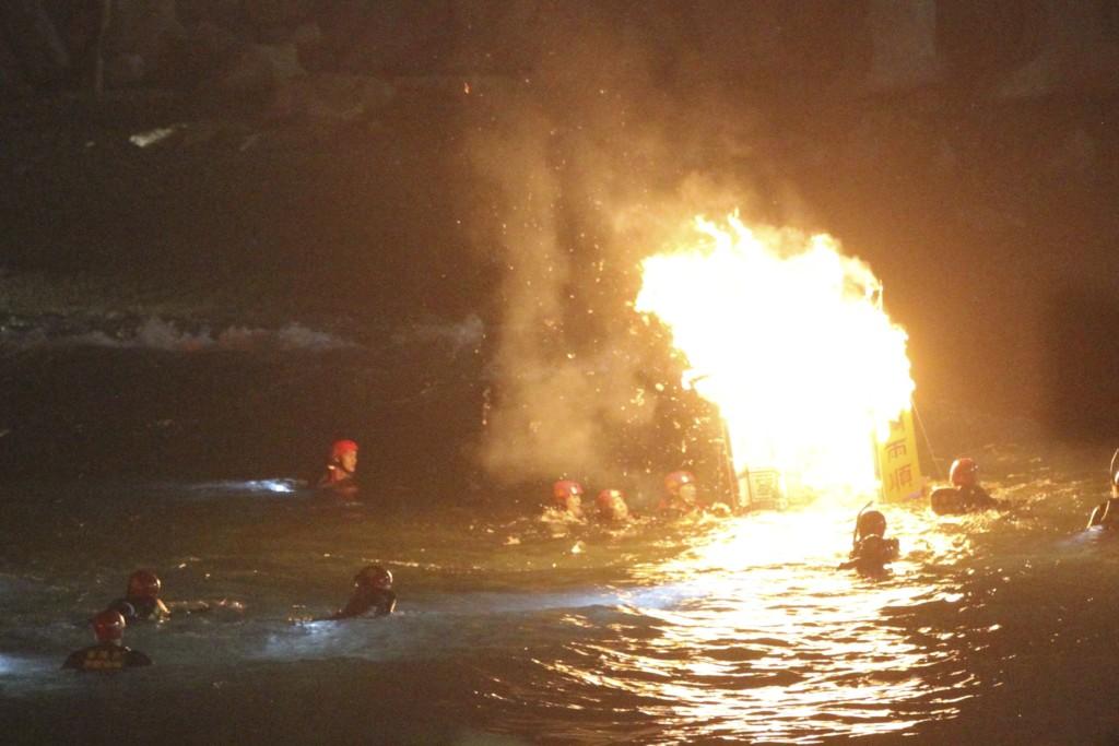 燃え盛る炎を、冷たい海水の中、運ばなければならない