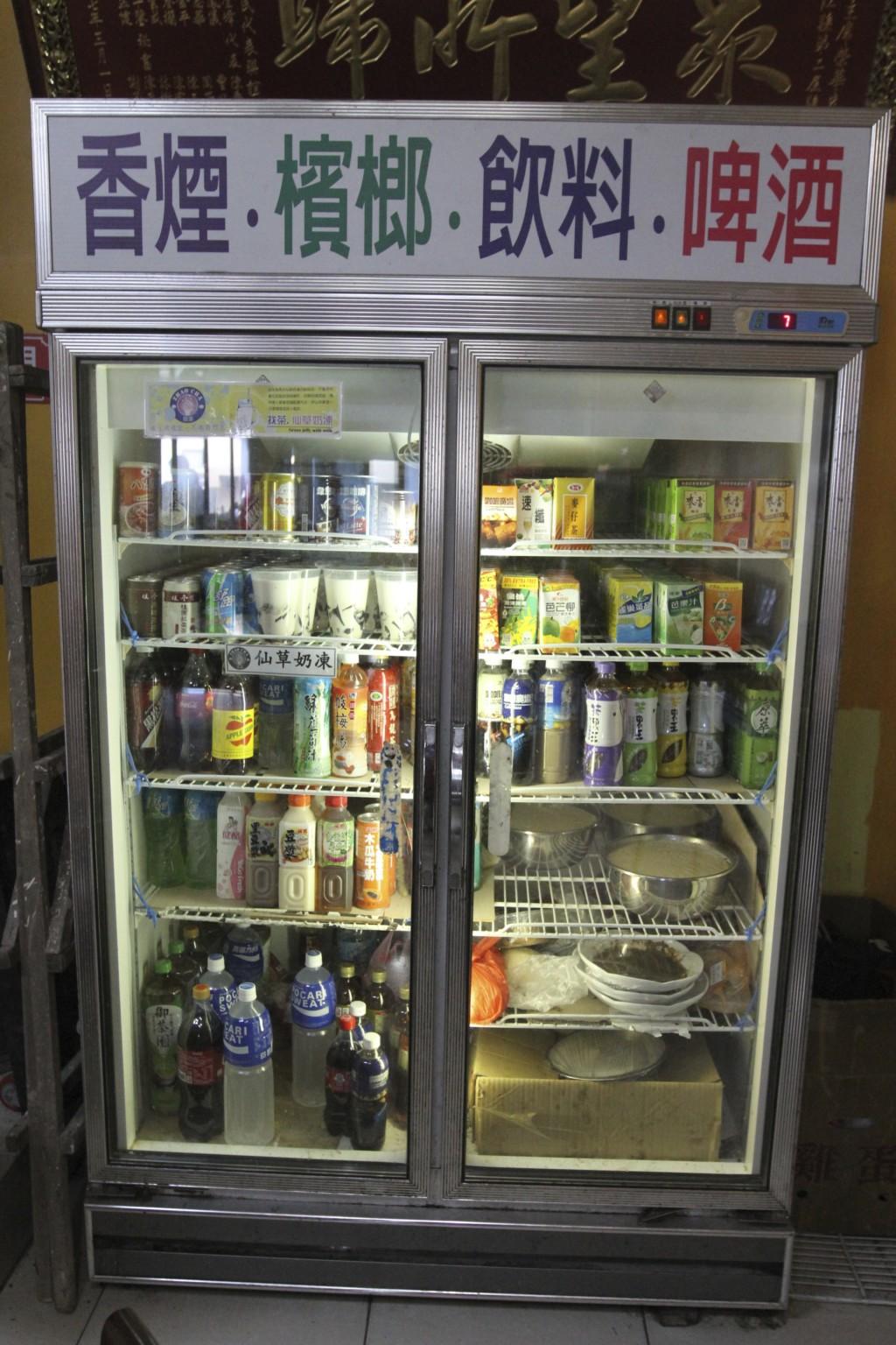 冷蔵庫の上部に「啤酒(ビール)」の表示(東莒島)