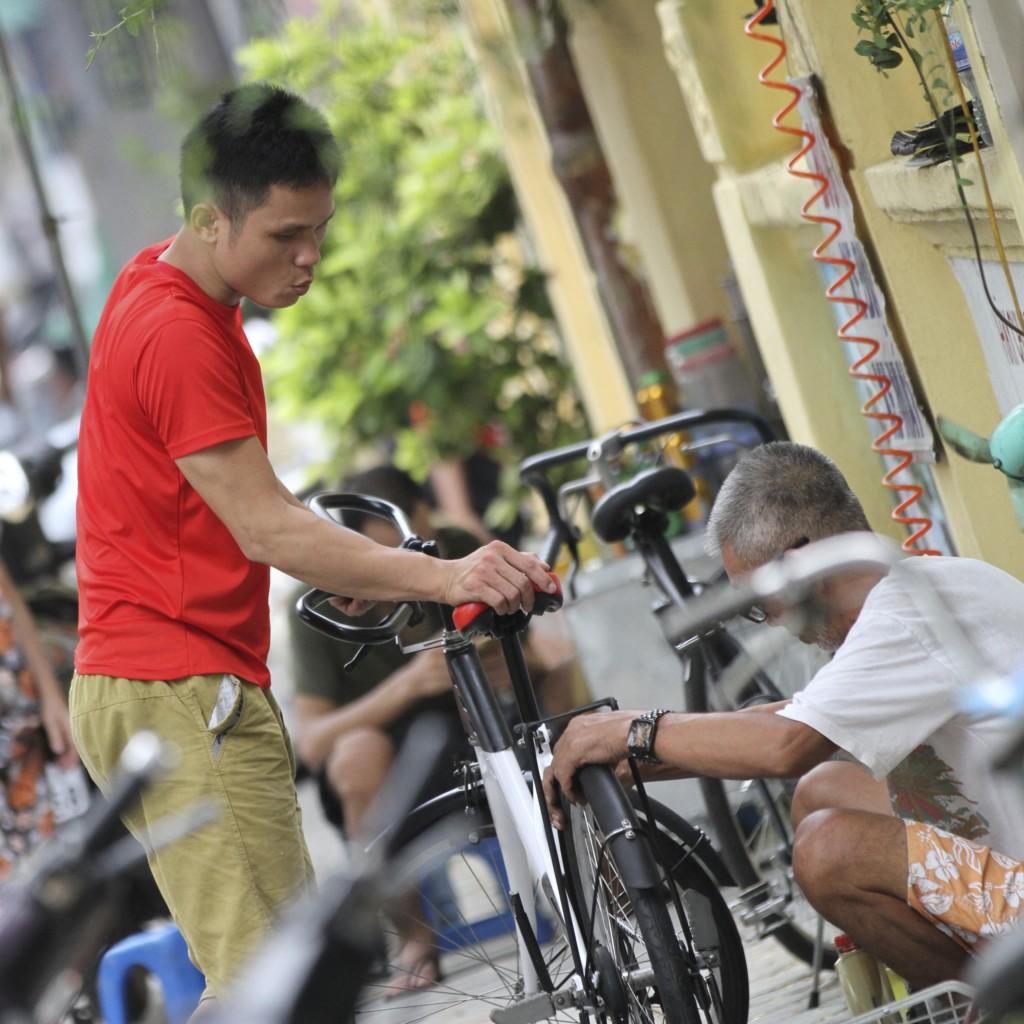 自転車の修理中
