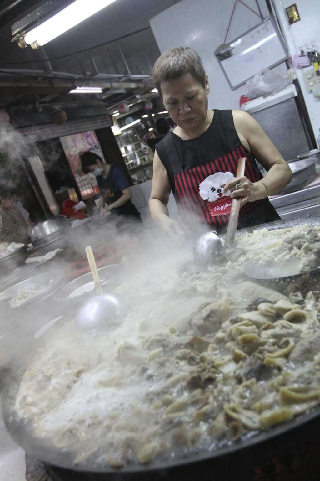 巨大な鍋で調理