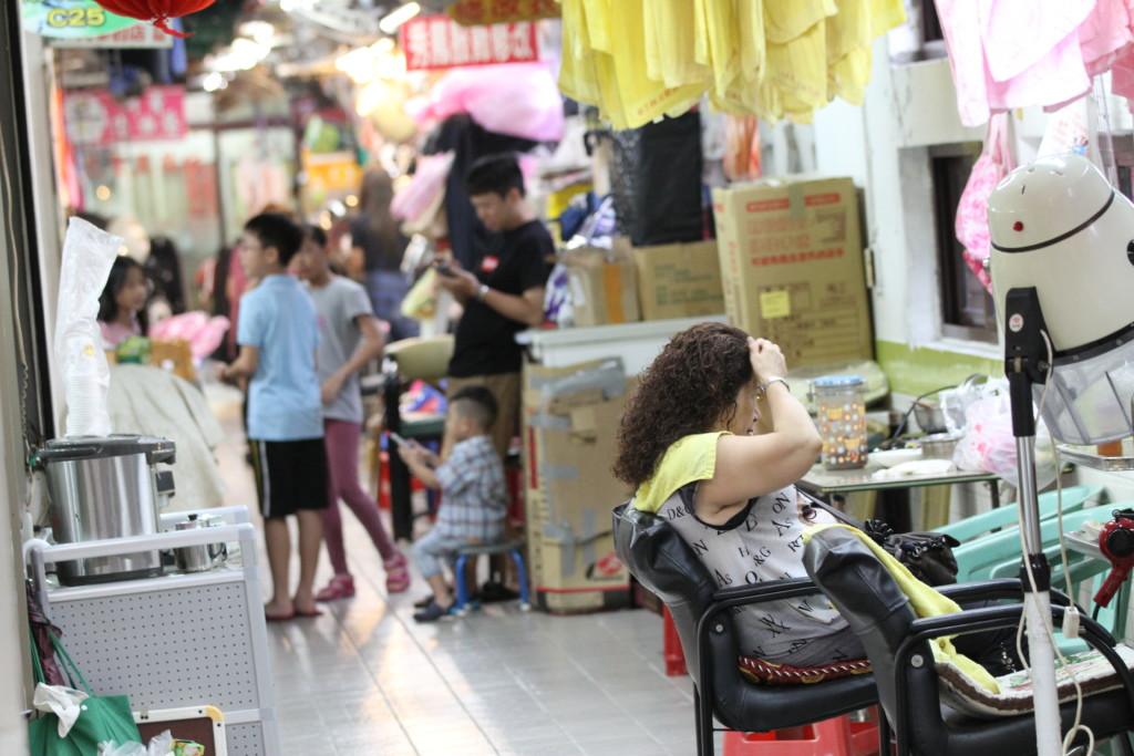 市場の通路で、がっつり美容