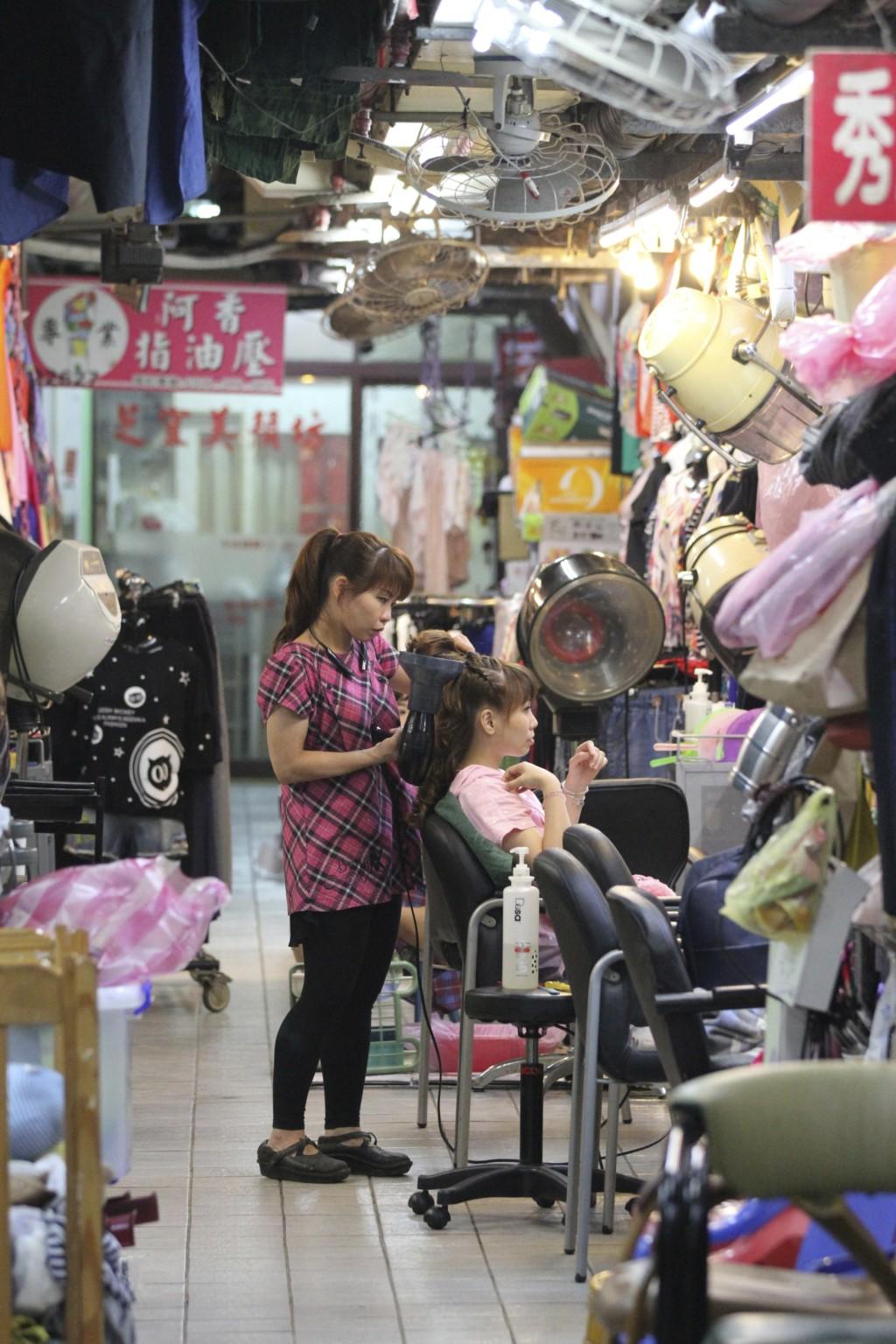 市場の通路で営業する「通路美容店」