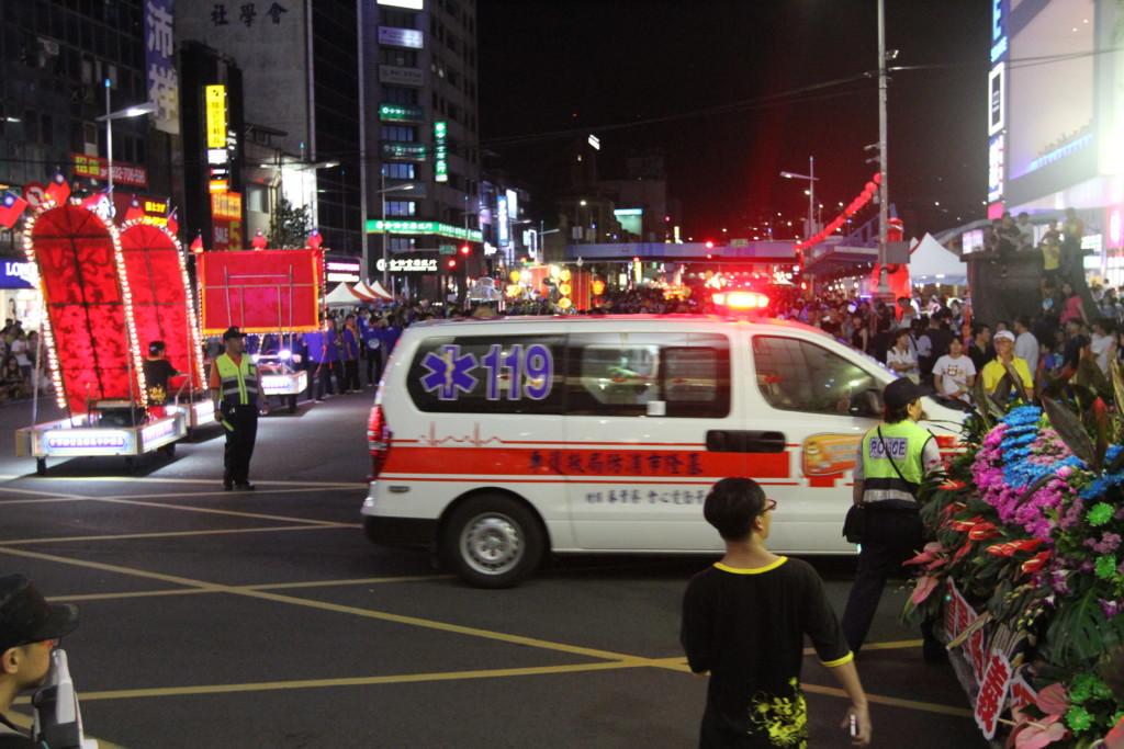 パレード中、救急車も……