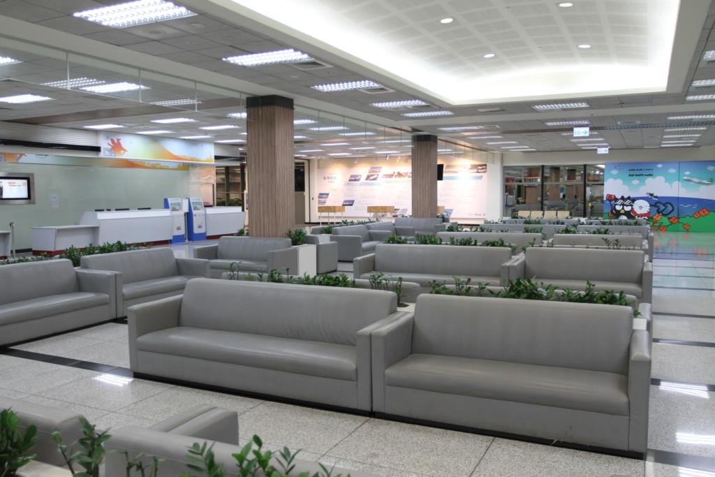 誰もいない早朝の松山空港