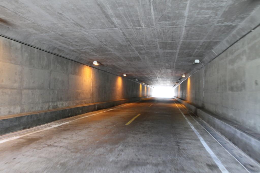 コンクリート壁のトンネル