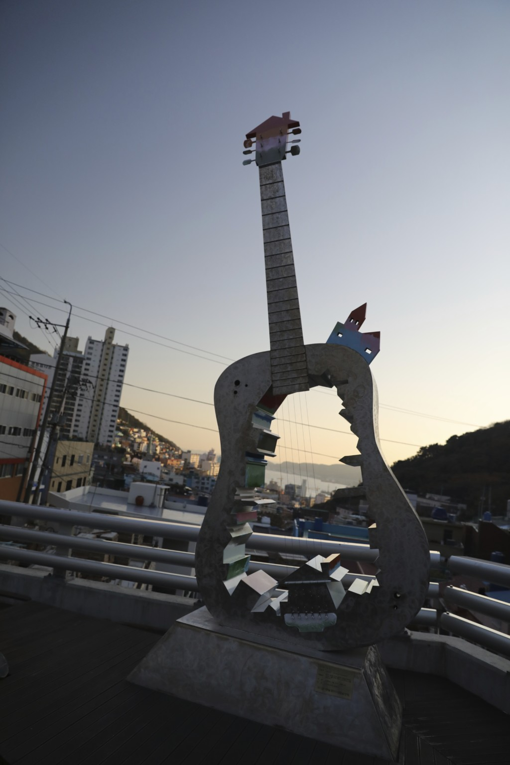 巨大ギターのオブジェ