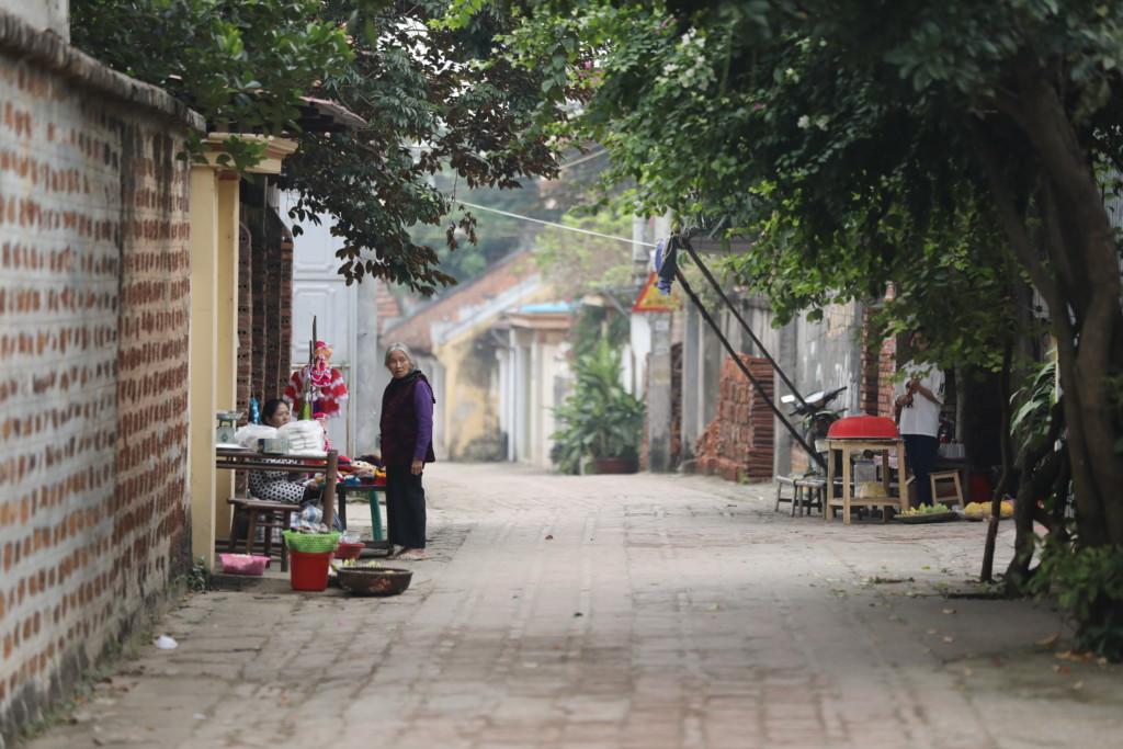 道路脇で商売する、物売りのオバサンたち
