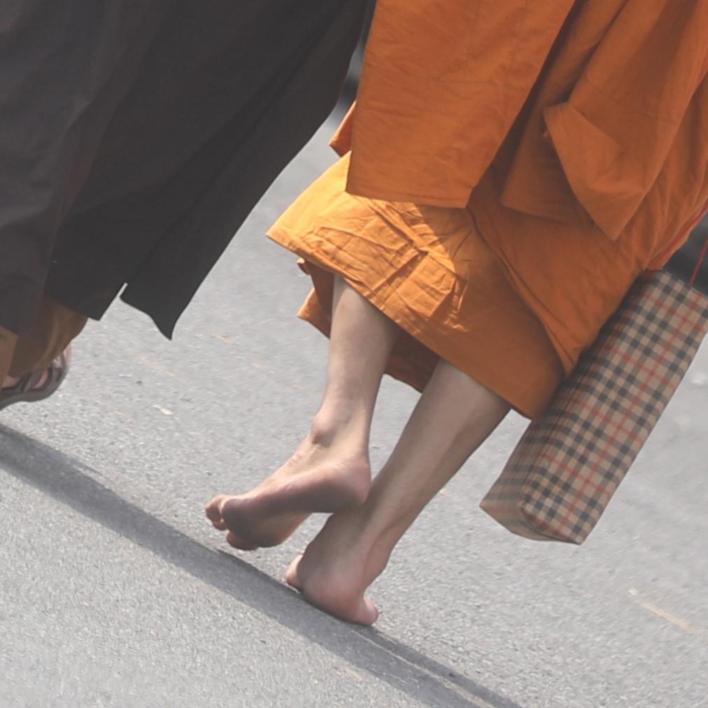 裸足で歩くお坊さんも
