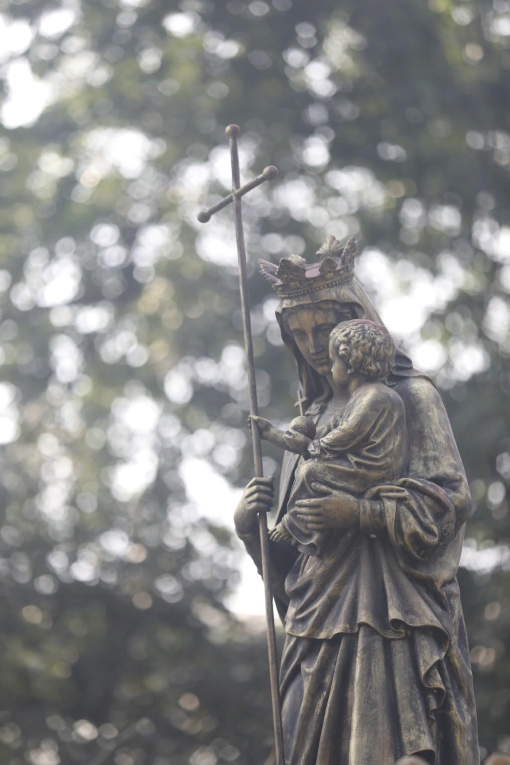 教会前の銅像