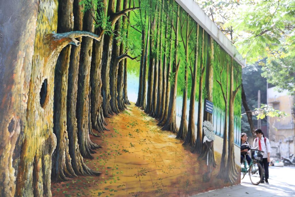 周囲の街路樹と自然に混ざり込む「アート」
