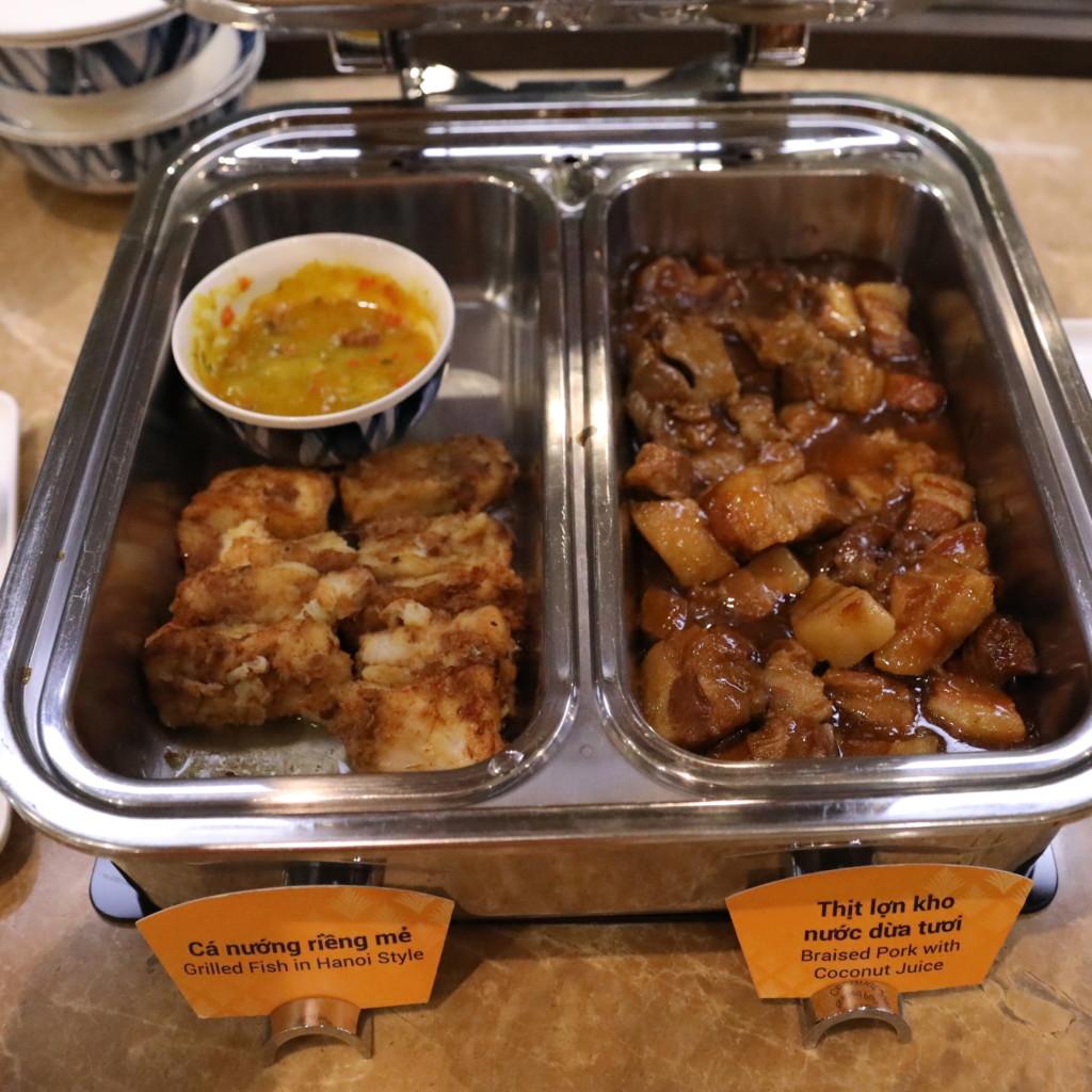 ハノイ風あんかけの白身魚、ココナツソース炒めの豚肉