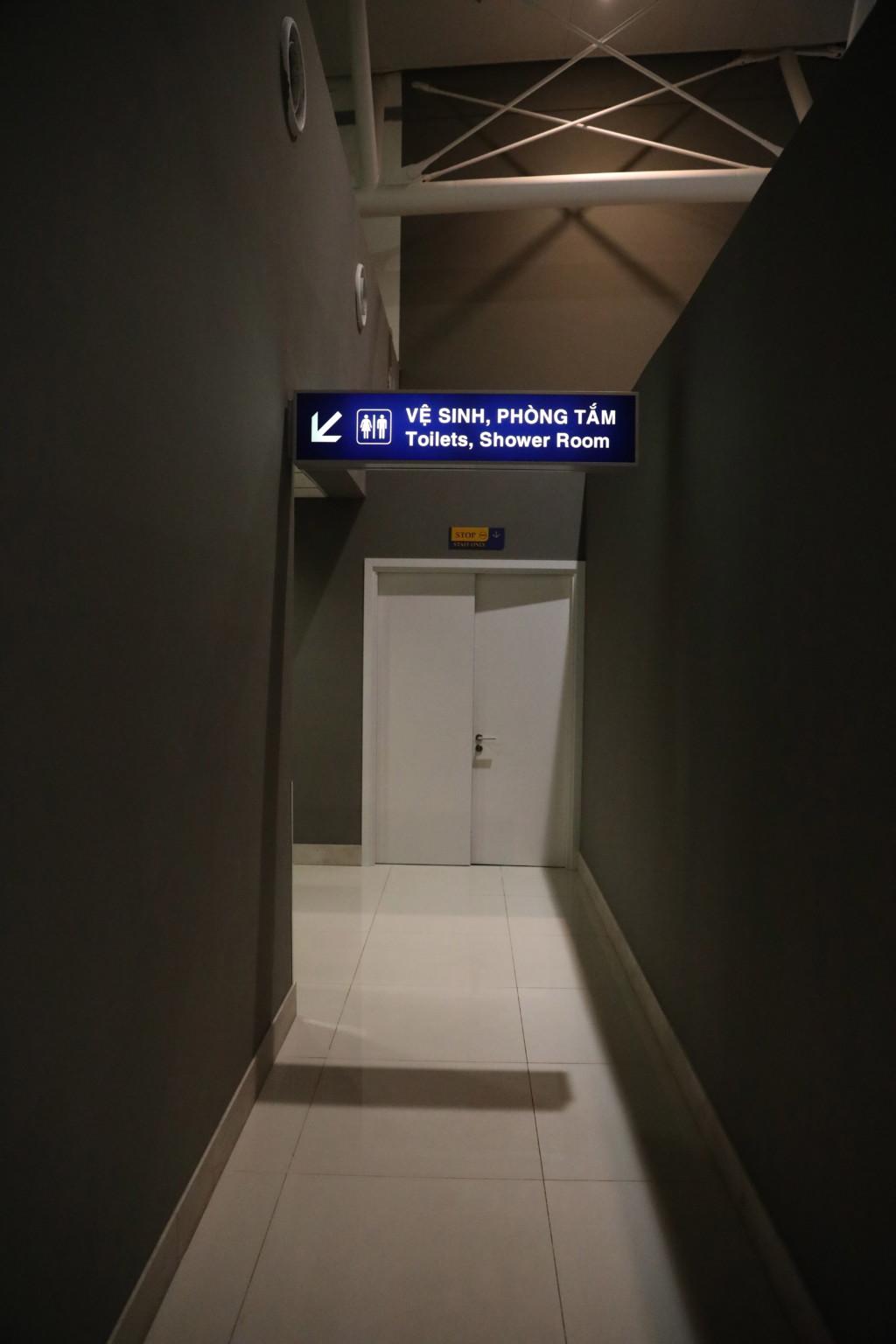 トイレへ向かう廊下を進もう
