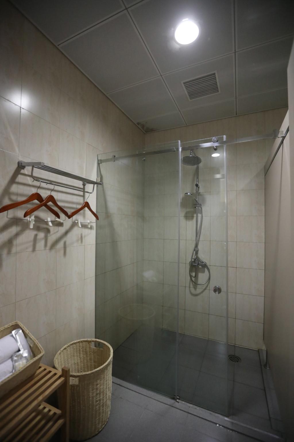 ガラス戸で仕切られたシャワー室内