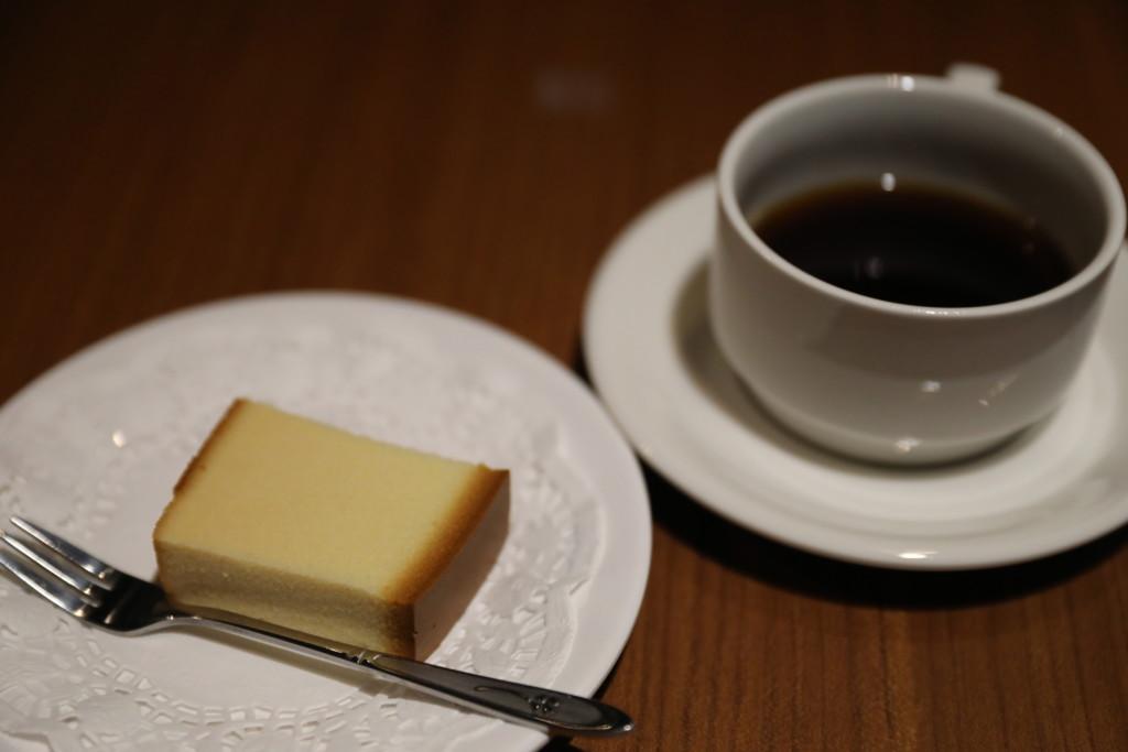 ブラックコーヒーとカステラ(無料)