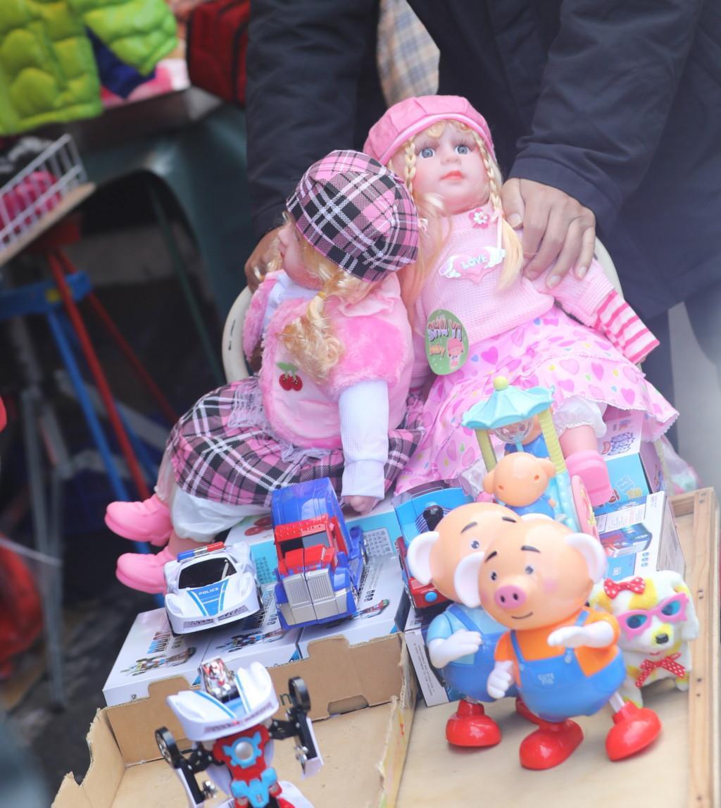 おもちゃを運ぶおじさん