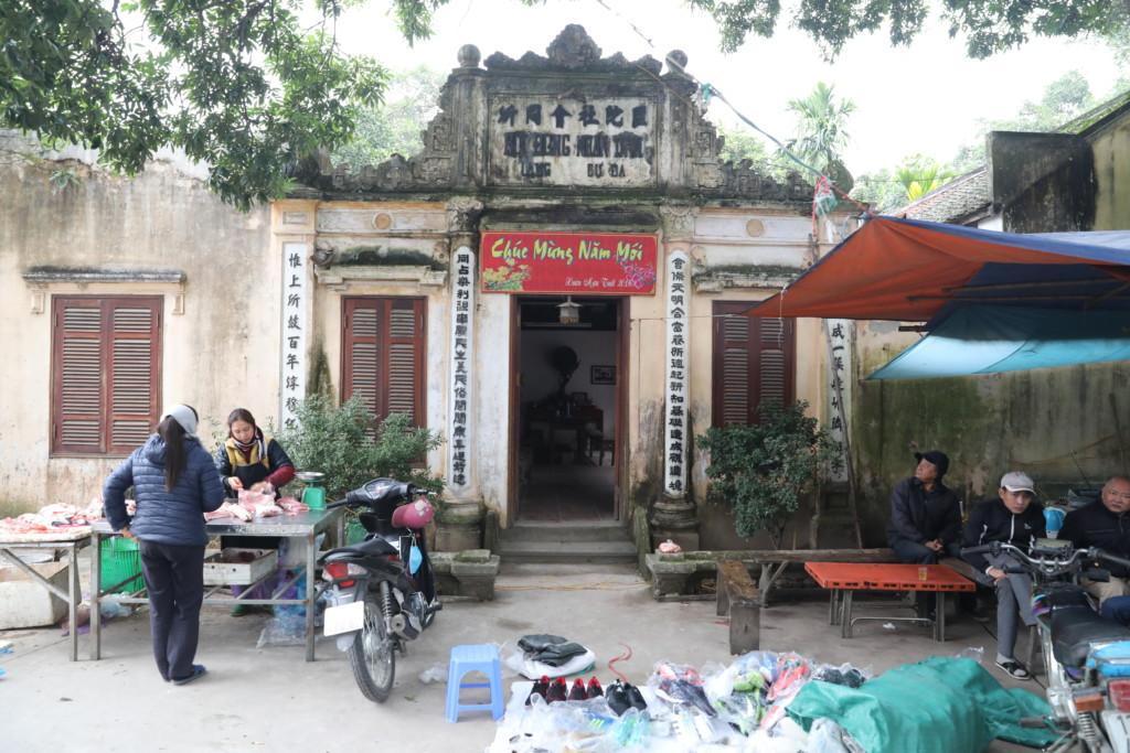 市場前の広場にも、行商人が集う
