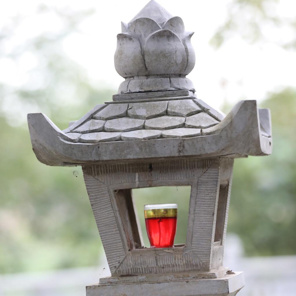灯籠に置かれた赤い飲料?