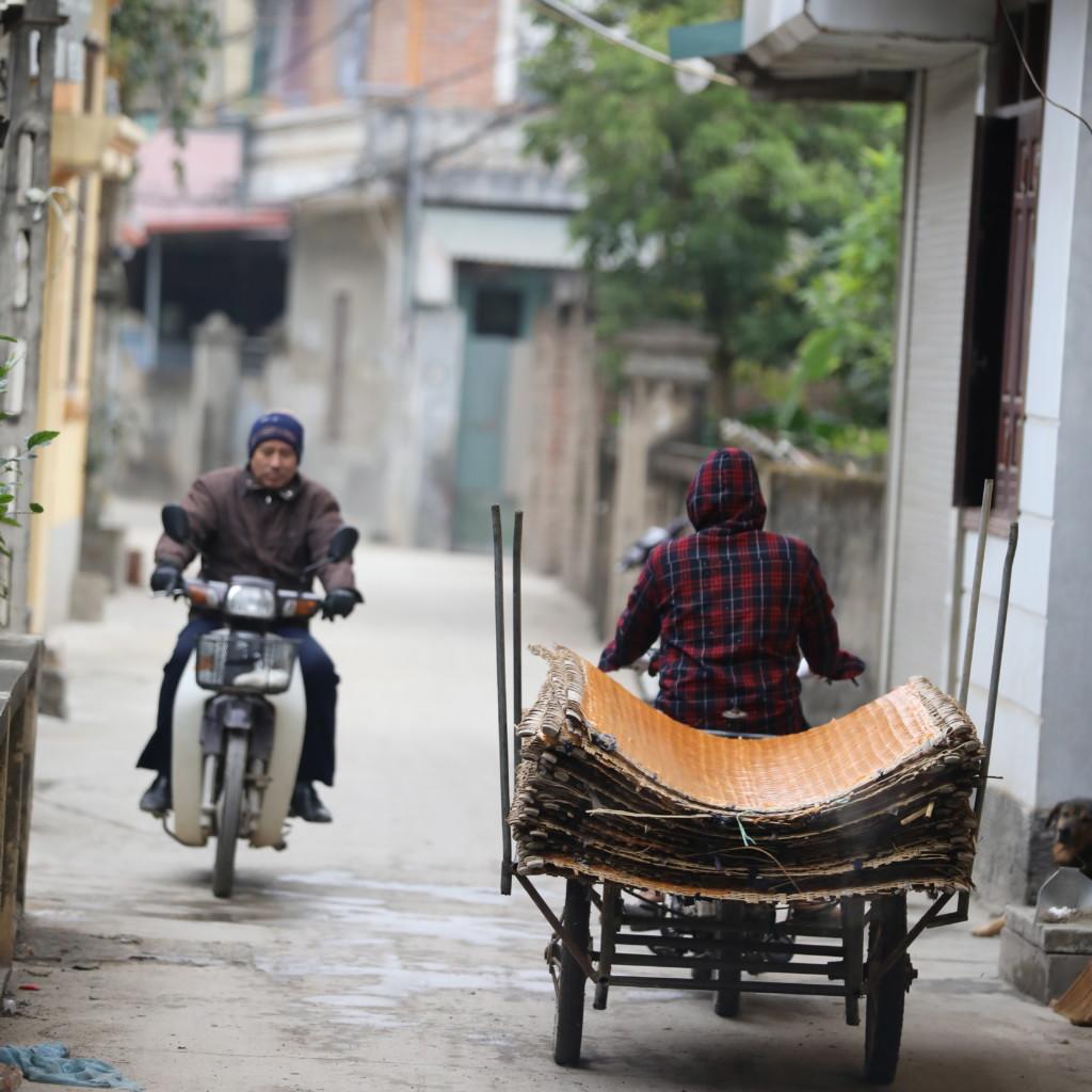 工場からヴァーミセリを運び出す単車