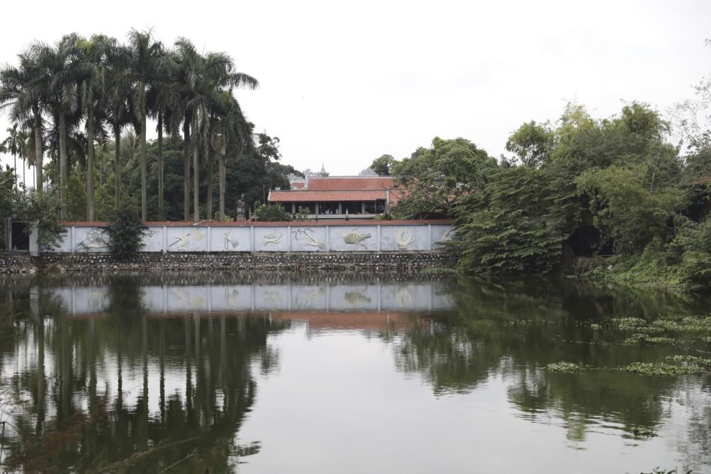 湖面にうつりこんで上下対称になっている寺