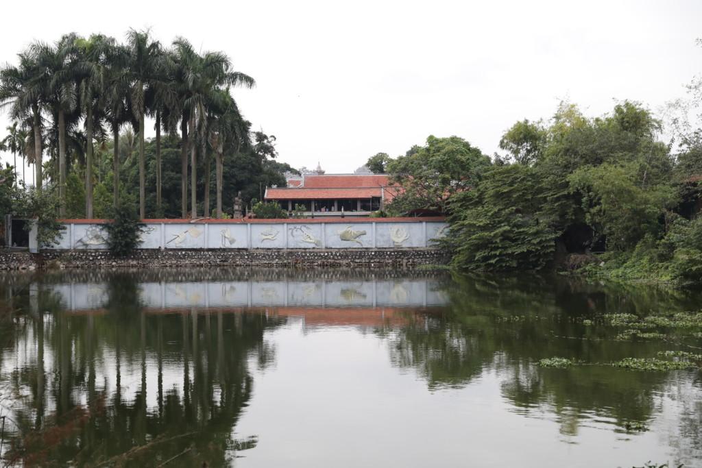 湖面へシンメトリーに映り込む寺