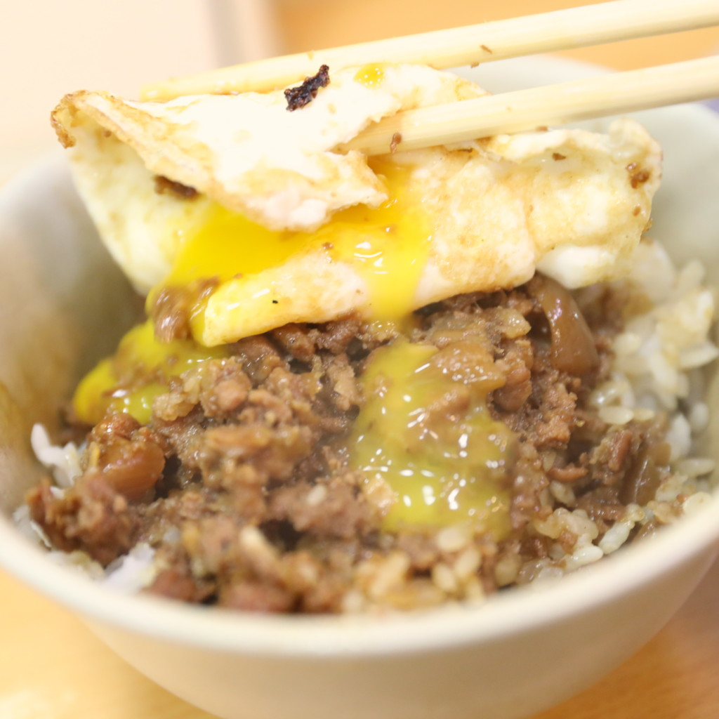 目玉焼きをのっけた「魯肉飯(ルーローファン)」