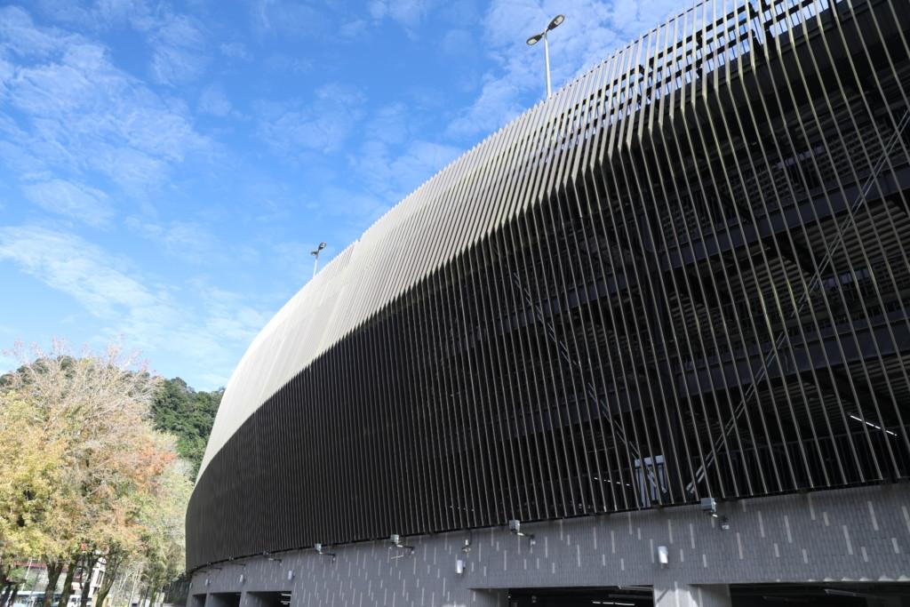 美術館のようにオシャレな建物。正体は「立体駐車場」