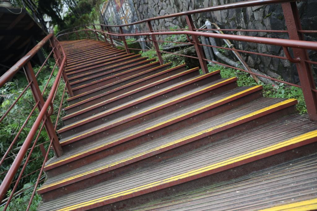 急な階段を上る