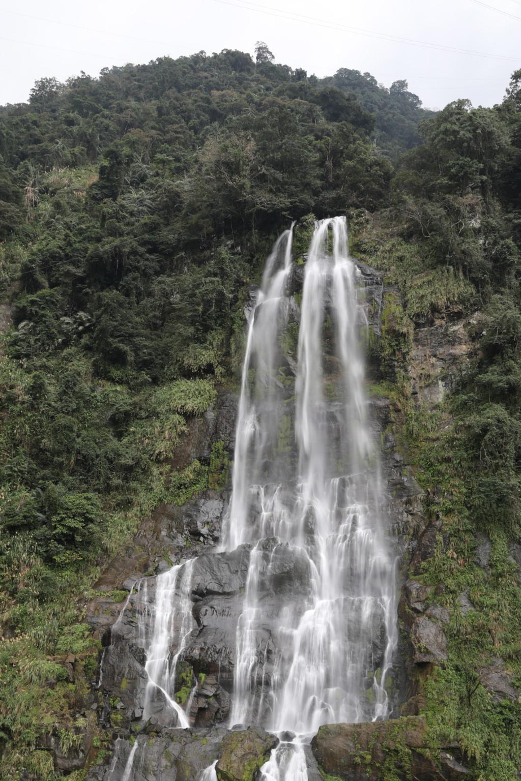 烏来瀑布(落差80メートル)
