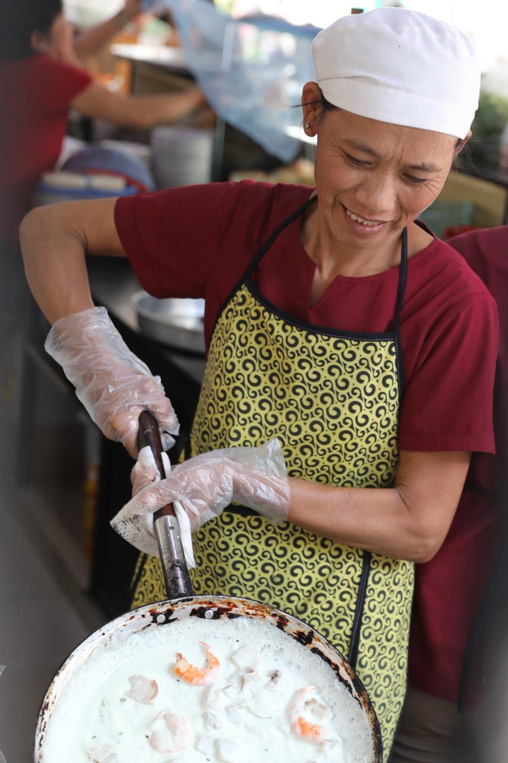 炎天下のホーチミンでの台所作業でも、笑顔を絶やさないプロフェッショナリズム