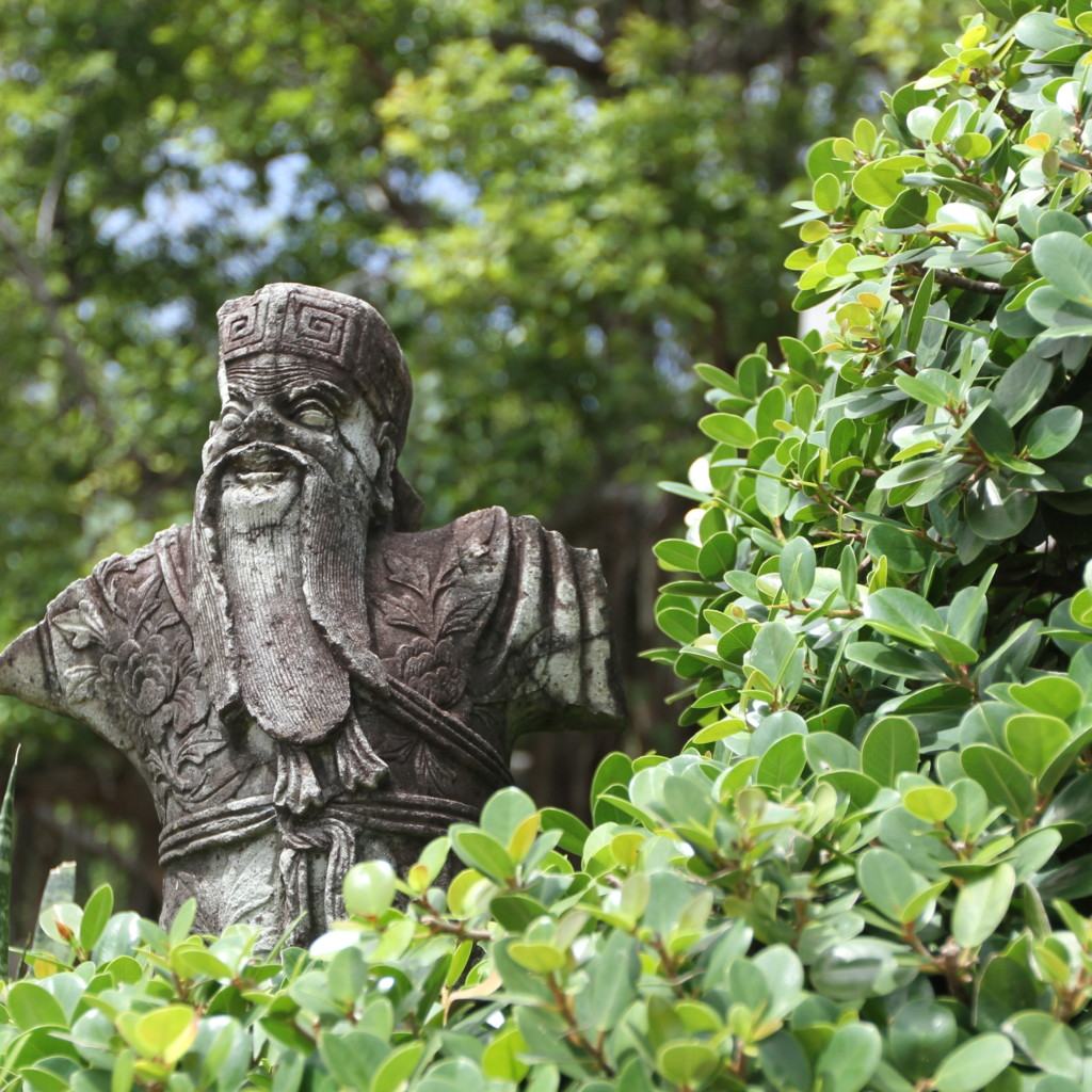 木陰の石像